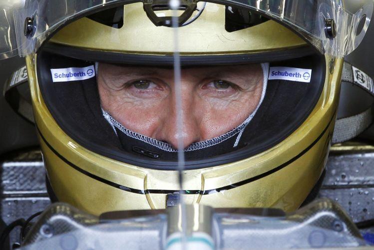 Michael Schumacher se prepara para entrar na pista para o treino de classificação para o GP da Bélgica. Alemão, que completa 20 anos de sua estreia na Fórmula 1, largará em último: a roda traseira direita de sua Mercedes escapou