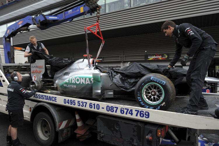 Michael Schumacher largará em último no GP da Bélgica. Pneu traseiro direito da Mercedes do piloto alemão se soltou e provocou batida