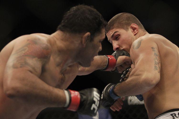 Minotauro acerta soco na cara do americano Brendan Schaub durante combate no UFC Rio; brasileiro venceu por nocaute