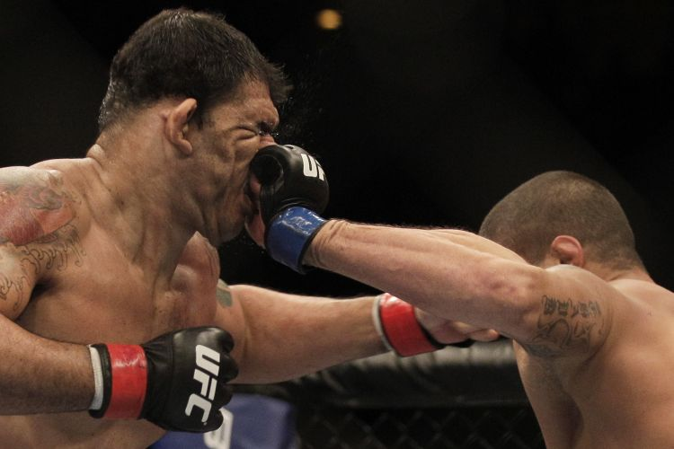 Minotauro leva golpe na cara do americano Brendan Schaub; brasileiro não sentiu soco e garantiu um nocaute para vencer