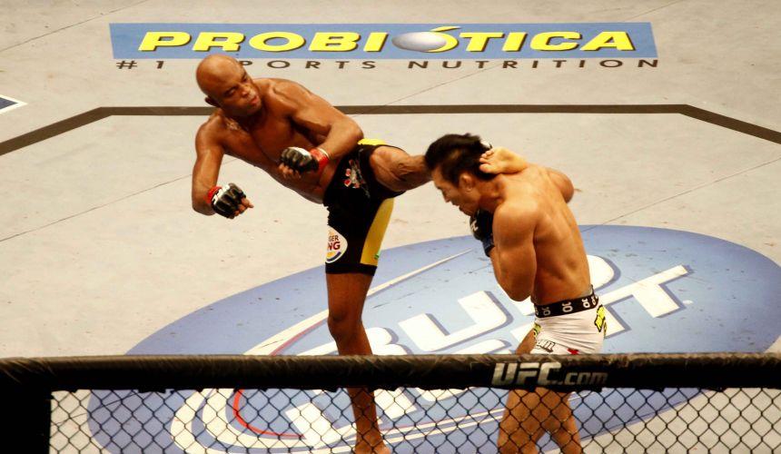 Anderson Silva acerta chute em vitória sobre o japonês Yushin Okami; brasileiro acabou com luta no segundo round