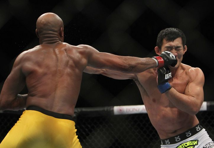 Anderson Silva acerta soco na cara do lutador japonês Yushin Okami, que foi nocauteado no segundo round da principal luta do UFC Rio
