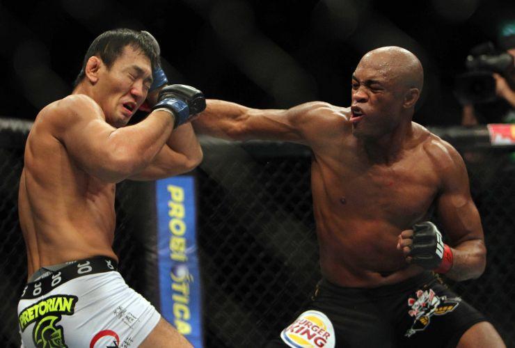 Yushin Okami tenta se defender de golpes de Anderson Silva durante derrota para o lutador brasileiro no UFC Rio; lutadores brasileiros ganharam sete dos oito combates disputados contra estrangeiros