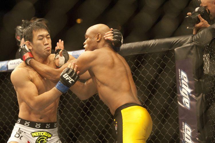 Anderson Silva se prepara para golpear japonês Yushin Okami durante luta pelo UFC Rio; brasileiro garantiu nocaute para vencer combate