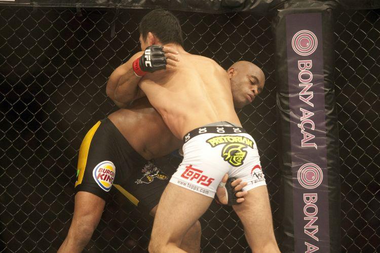Japonês Yushin Okami tenta partir para o ataque, mas Anderson Silva trabalha bem na defesa para evitar golpe