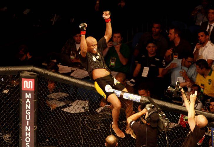 Com a camisa do Corinthians, Anderson comemora fácil vitória sobre Yushin Okami no UFC Rio