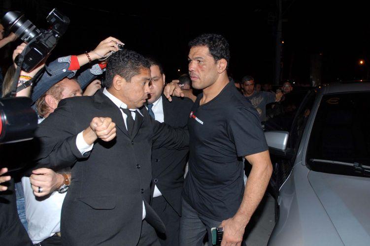 Minotauro é protegido por seguranças; lutador foi bastante assediado após derrotar o norte-americano Brendan Schaub no UFC Rio