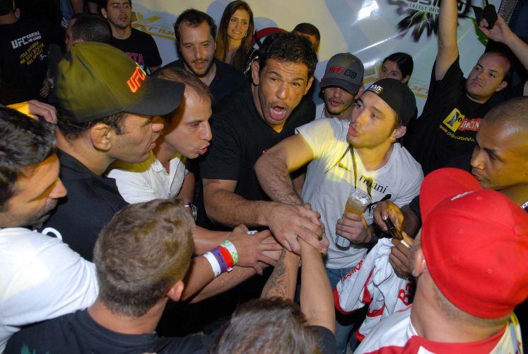 Minotauro curte balada após derrotar o norte-americano Brendan Schaub no UFC Rio. Brasileiro passou por cirurgias no joelho e no quadril, mas superou problemas e derrotou adversário no primeiro round