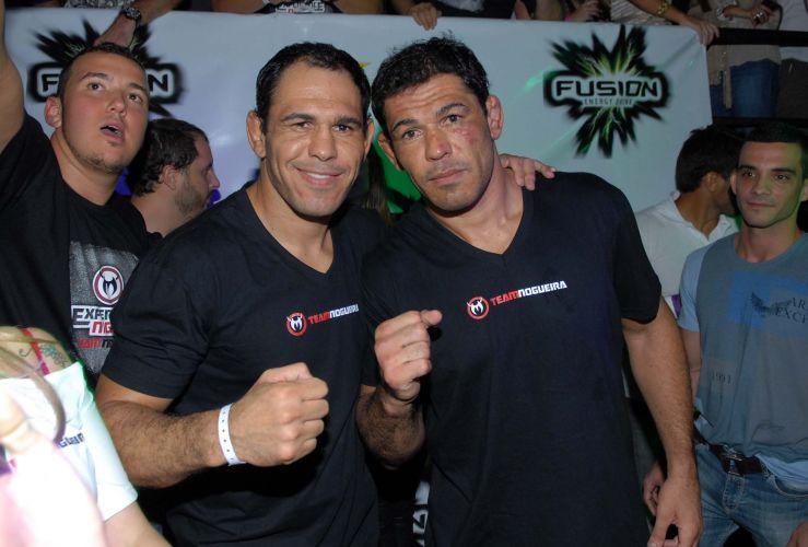 Minotauro posa ao lado do irmão Minotouro; lutador comemorou vitória no primeiro assalto sobre Brendan Schaub no UFC Rio