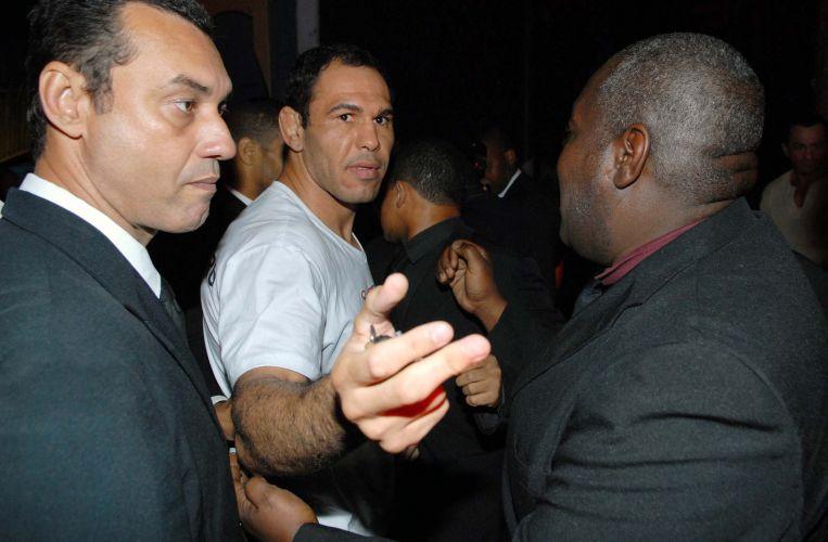 Minotauro foi bastante assediado em balada após derrotar o norte-americano Brendan Schaub no primeiro assalto no UFC Rio. Minotouro prestigiou o irmão em festa realizada em casa noturna