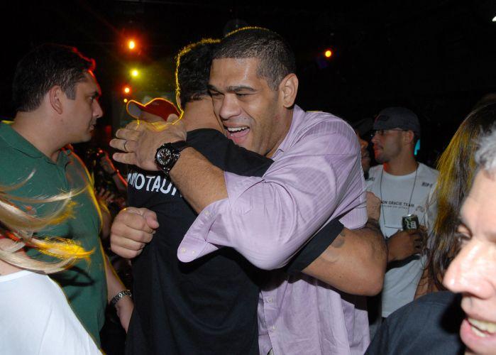 Minotauro comemorou vitória sobre Brendan Schaub no primeiro assalto no UFC Rio. Lutador brasileiro foi para uma casa noturna e foi bastante assediado