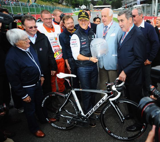 Antes da largada do GP da Bélgica, Michael Schumacher ganhou um presente por seus 20 anos de carreira na Fórmula 1. Eddy Merckx, lenda do ciclismo, deu uma bicicleta ao piloto da Mercedes