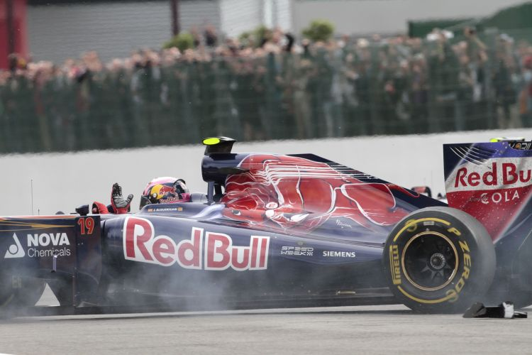 Jaime Alguersuari gesticula aps Bruno Senna bater em sua Toro Rosso pouco depois da largada do GP da Blgica. Piloto espanhol abandonou a corrida; brasileiro foi punido