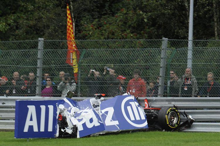 Lewis Hamilton perdeu o controle de sua McLaren após acidente com Kamui Kobayashi durante o GP da Bélgica