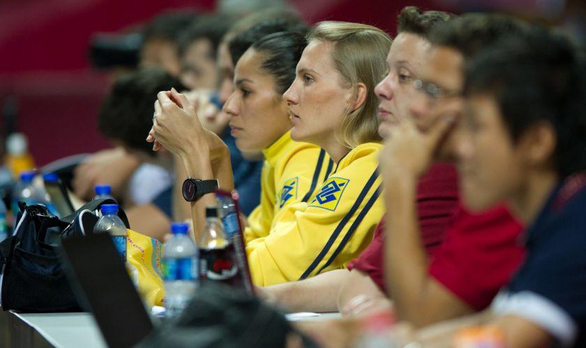 Lesionadas, ponteiras Paula Pequeno (e) e Mari assistem à derrota do Brasil por 3 a 0 para os Estados Unidos na final do Grand Prix, em Macau