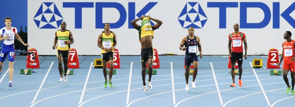 Após queimar a largada, Usain Bolt já tira a camisa ao ser desclassificado da final dos 100 m rasos no Mundial de Daegu