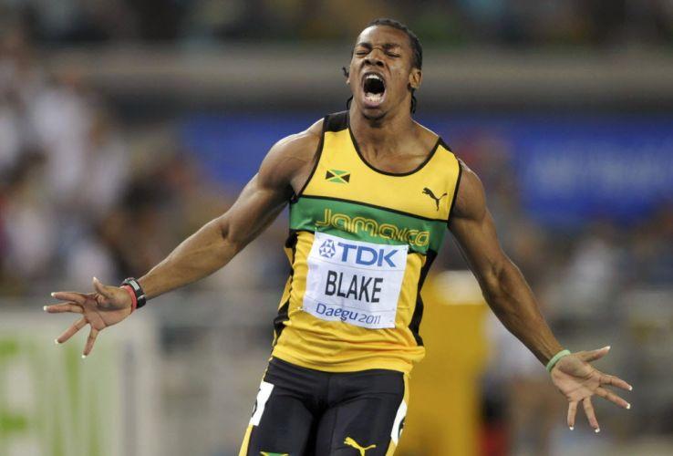 Sem a presença de Usain Bolt, desclassificado por queirmar a largada, jamaicano Yohan Blake vence a final dos 100 m rasos com 9s92 e é campeão mundial