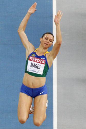 Brasileira Maurren Maggi mostra nervosismo, fica bem distante de melhor sua melhor marca e está fora da final do salto em distância no Mundial de Daegu