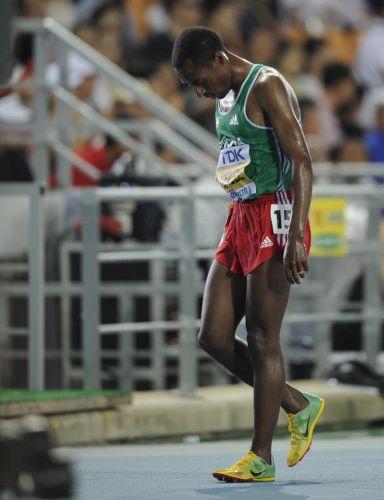 Recordista mundial e maior nome dos 10.000 m, etíope Kenenisa Bekele abandona a final da prova e vê compatriota levar o ouro