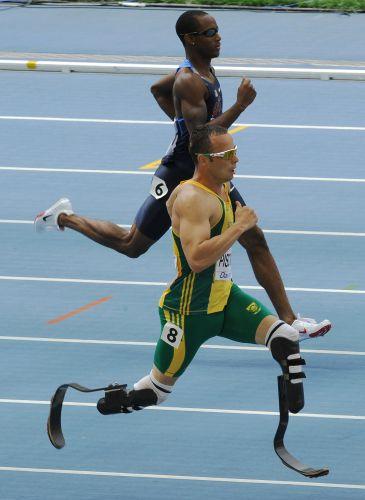 De verde, Oscar Pistorius deixa para trás o norte-americano Tony McQuay para conseguir classificação para as semifinais do Mundial