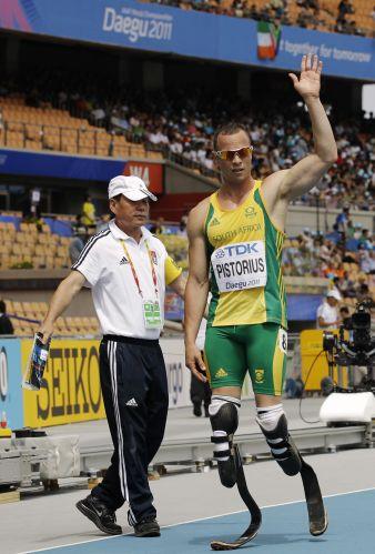 Sul-africano Oscar Pistorius (d) comemora ao conseguir a terceira colocação no qualificatório para as semifinais dos 400 m do Mundial da Coreia; atleta alcançou a vaga