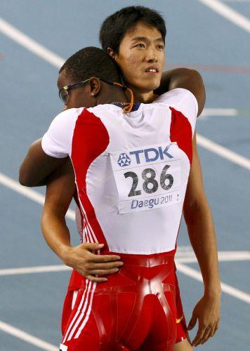 Depois de 110 m com barreiras, o cubano Dayron Robles abraça o rival Liu Xiang, da China. Algum tempo depois da prova, o cubano acabou desclassificado por ter atingido o chinês no fim da prova