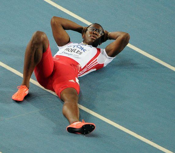 O cubano Dayron Robles comemorou a vitória nos 110 m com barreiras no Mundial de Daegu, na Coreia do Sul, porém pouco tempo depois ele acabou desclassificado