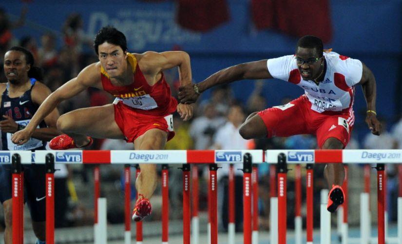 Esse toque do cubano Dayron Robles no chinês Liu Xiang acabou custando a desclassificação de Robles, que havia vencido a prova dos 110 m no Mundial de Daegu