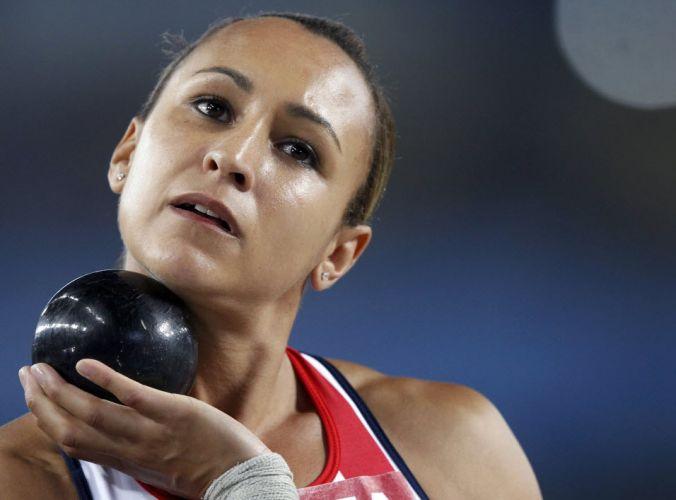 A britânica Jessica Ennis se prepara para a prova de arremesso de peso no heptatlo