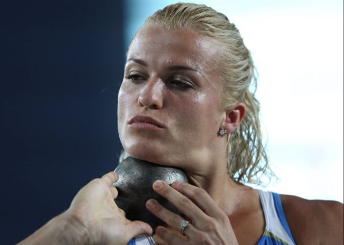 Natalia Dobrynska, da Ucrânia, fez bico na hora do arremesso de peso na prova de heptatlo no Mundial de Daegu