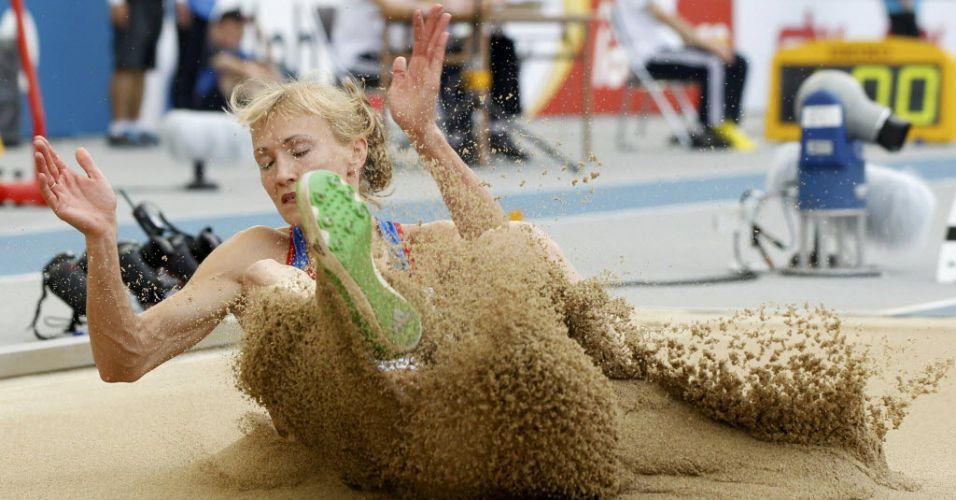 Anna Bogdanova aterrissa no salto em distância pelo heptatlo