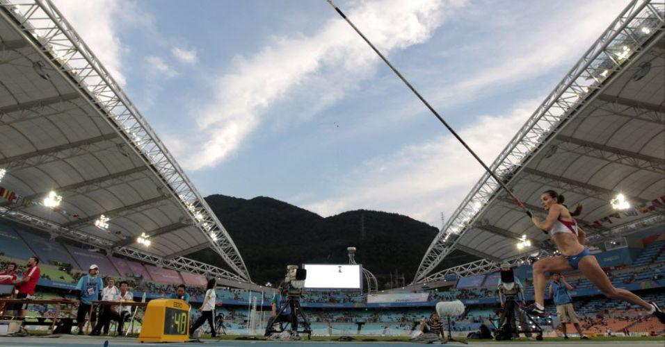 Yelena Isinbayeva faz aquecimento antes de disputar a final do salto com vara em Daegu