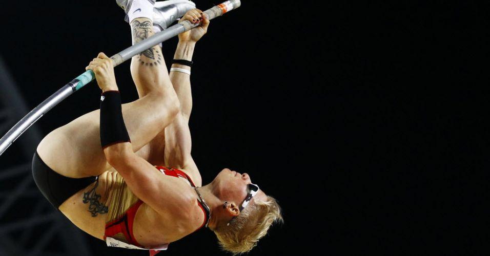 Detalhe de uma das tentativas da alemã Martina Strutz, que ficou com a medalha de prata no salto com vara.