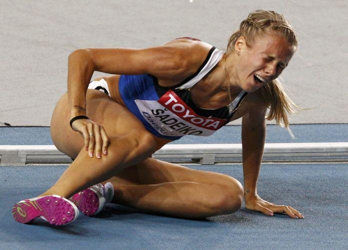A estoniana Grit Sadeiko lamenta após sofrer uma lesão nos 800m do heptatlo.