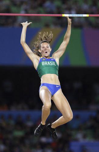 Fabiana Murer comemora ao passar pelo sarrafo e conquistar o ouro no Mundial de atletismo