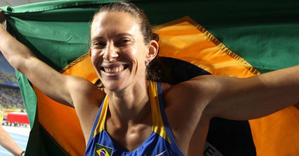Fabiana Murer festeja depois de garantir o primeiro ouro brasileiro em Mundiais na disputa do salto com vara em Daegu