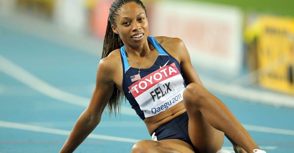 Norte-americana Allyson Felix senta no chão após ficar com a prata nos 400 m rasos em Daegu