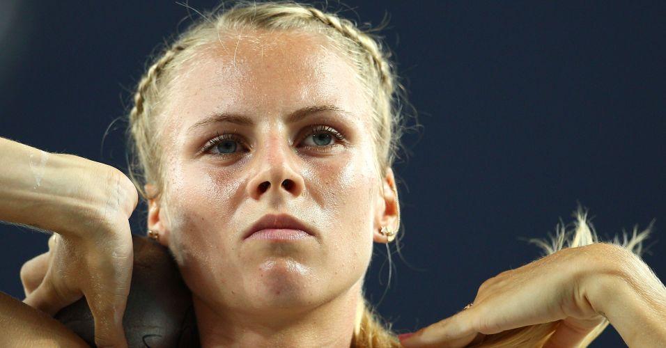 Estoniana Grit Sadeiko prepara arremesso de peso durante prova do heptatlo