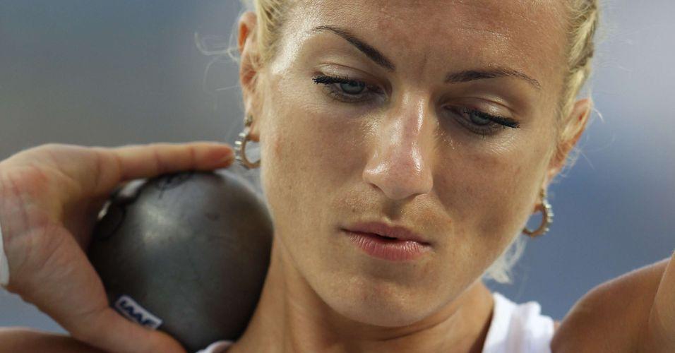 Polonesa Karolina Tyminska se concentra antes da prova de arremesso de peso no heptatlo