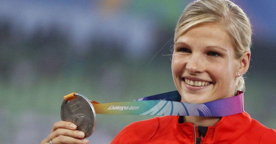 Alemã Nadine Muller comemora medalha de prata no lançamento de disco