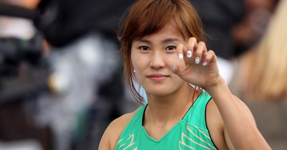 Sul-coreana Hye-lim Jung, dos 100 m rasos, mostra as suas unhas pintadas