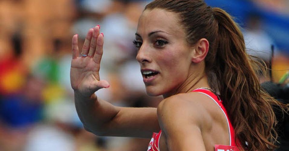 Búlgara Ivet Lalova acena após disputar os 100 m rasos