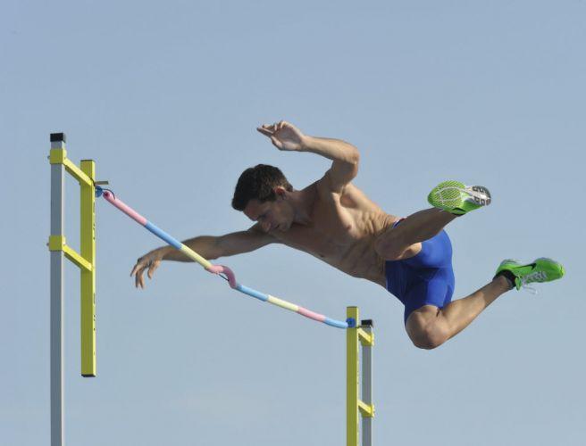 Meio desajeitado, o francês Renaud Lavillenie tenta um salto durante o dia de folga do Mundial de atletismo. Os atletas que ainda competirão aproveitaram para treinar na Vila dos atletas.
