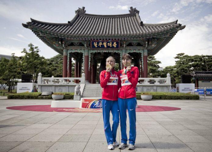 As russas Olga Kaniskina e Anisya Kirdyapkina, exibem respectivamente, suas medalhas de ouro e prata na prova de 20k da marcha atlética no Mundial de atletismo em Daegu.