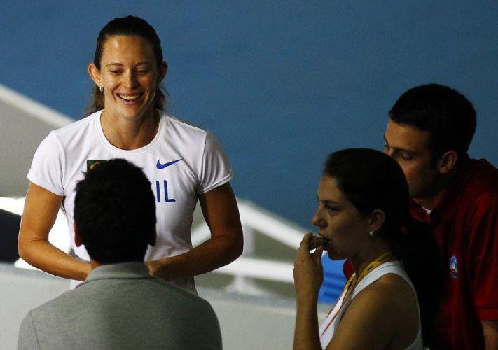 Um dia depois de conquistar o título mundial no salto com vara, a brasileira Fabiana Murer sorri ao conceder entrevistas para jornalistas.