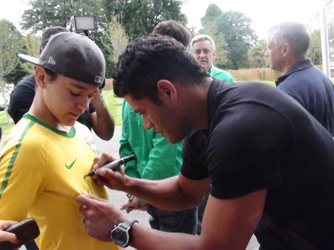 Hulk distribui autógrafos ao chegar ao hotel que servirá de concentração para a seleção brasileira em Londres. O jogador espera conquistar uma vaga no ataque da equipe verde-amarela no amistoso contra Gana