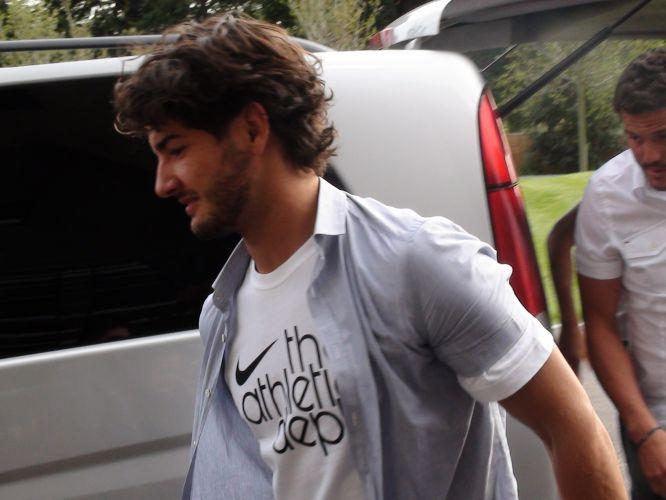 Atacante Alexandre Pato chega no hotel que servirá de concentração para a seleção brasileira em Londres