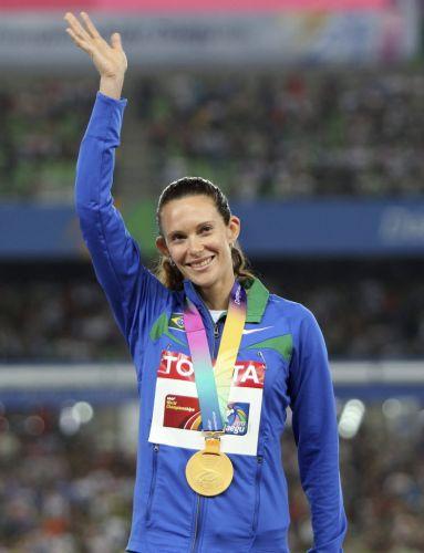 Fabiana Murer acena para o público em Daegu após receber a medalha de ouro pela conquista do Mundial no salto com vara
