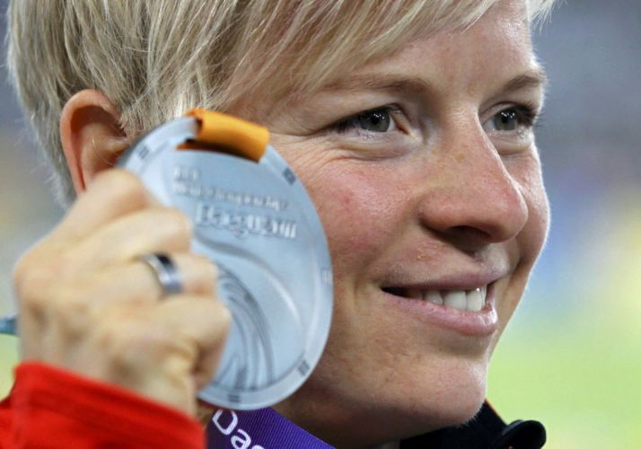 Alemã Martina Strutz posa com a medalha de prata após ter sido superada pela brasileira Fabiana Murer no salto com vara