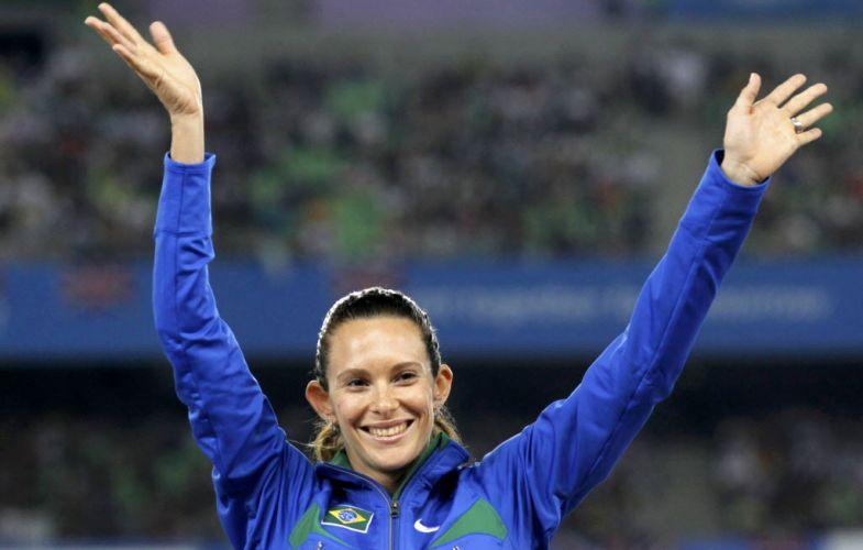 Medalhista de ouro Fabiana Murer acena para o público no pódio antes de ouvir o hino nacional e receber medalha em Daegu